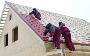 Чем покрыть крышу бани профнастилом или металлочерепицей